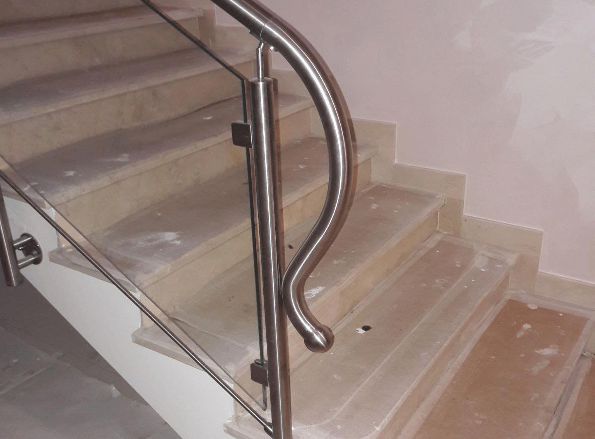 Ringhiere in acciaio e vetro per ambienti in stile moderno
